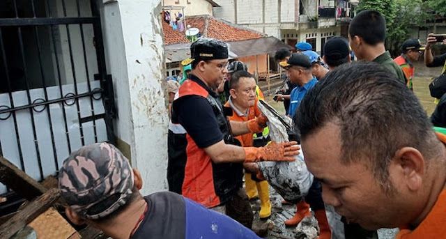 Setelah Pungut Lumpur, Tanpa Jijik Anies Estafetkan Sampah Bareng Warga
