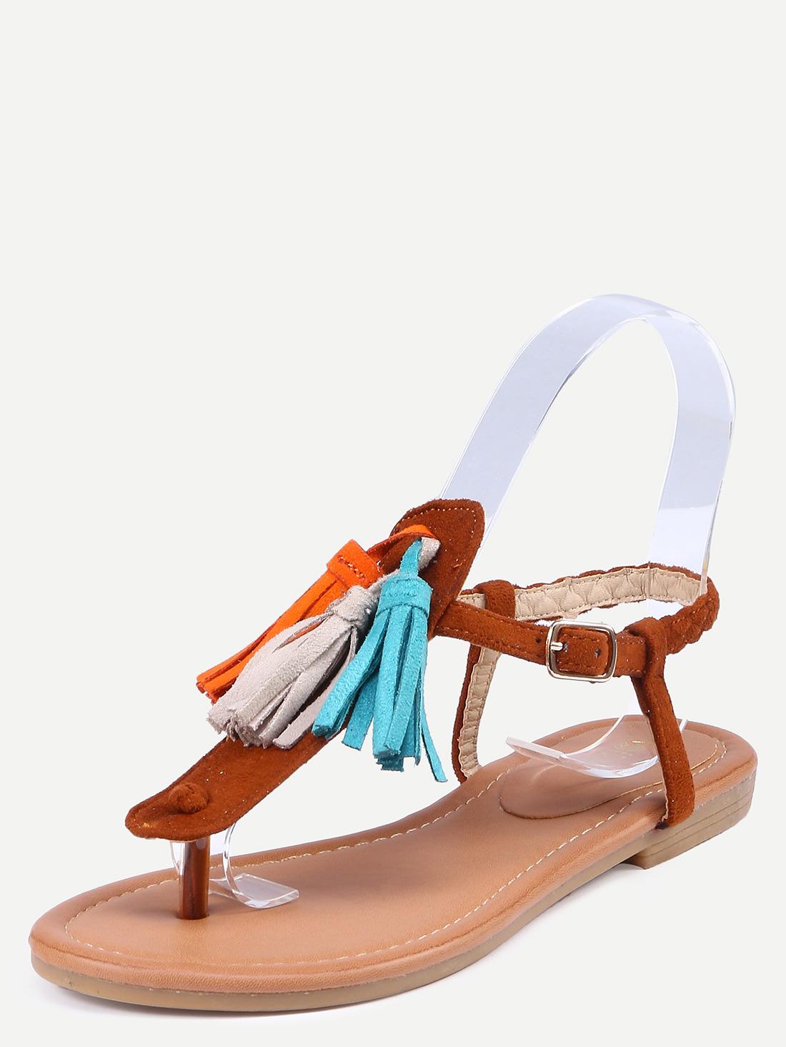 Come scarpe ho scelto questi sandali bassi color caramello che hanno delle  frange che riprendono i colori della tutina. 8368e35e934