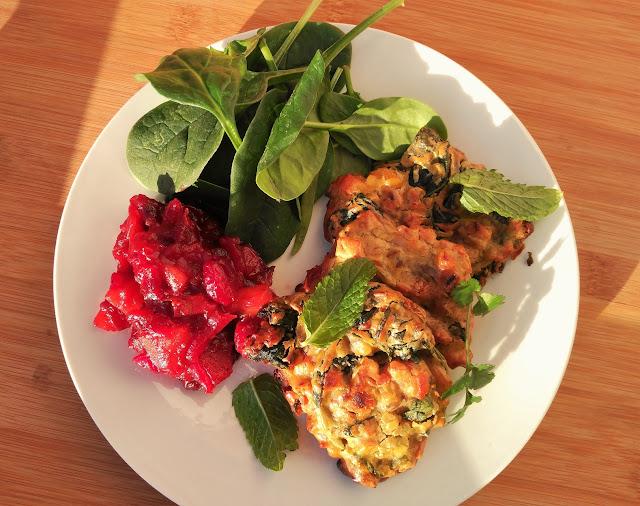Samosas de verduras con chutney de frutos rojos