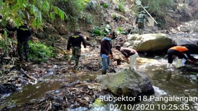 Satgas Sektor 21-18 Bersama Warga Karya Bakti Sungai di Desa Margamukti