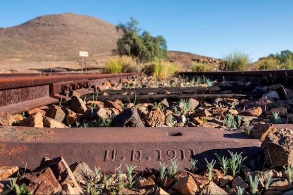 Detalle de grabado de fecha en antigua vía de ferrocarril