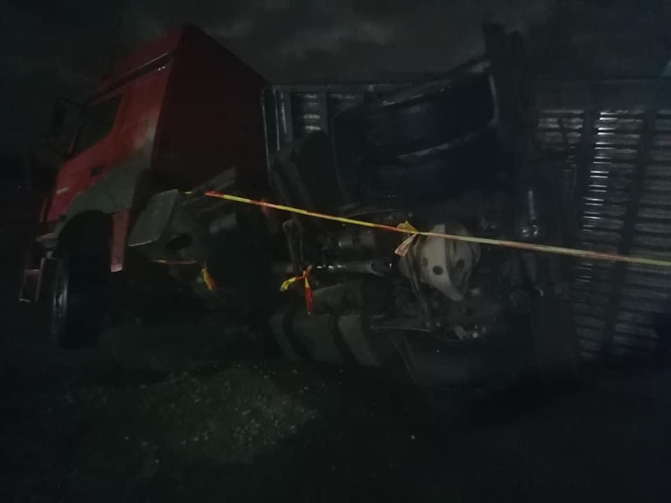 Apgāzušās kravas mašīnas piekabes vilcēja aizmugurējās riepas