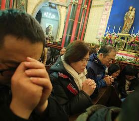 Os católicos vivem sob ameaças constantes Só a graça divina explica sua fidelidade