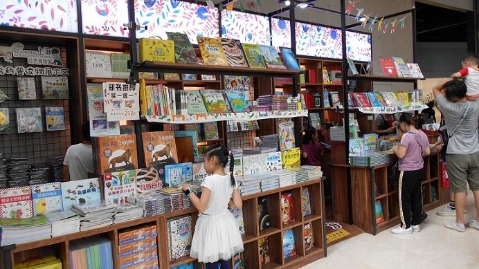 館内の通路に設置された本屋