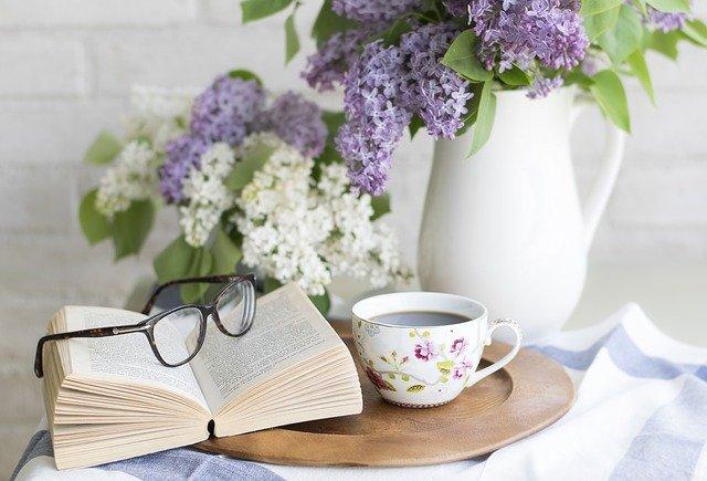 gambar buku dan bunga