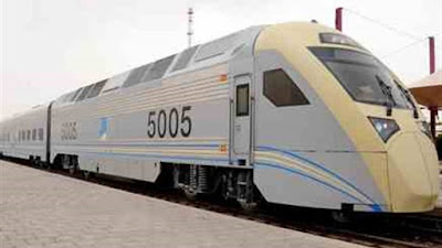 إصابة 18 راكبًا إثر جنوح قطار عن مساره بالسعودية