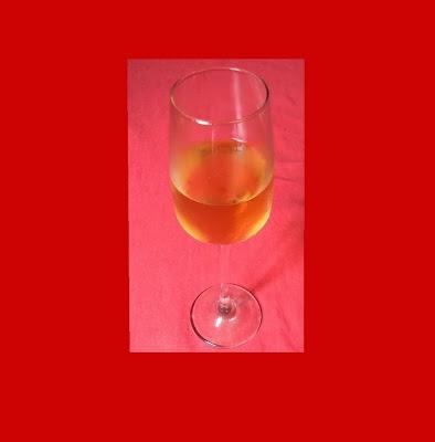 A imagem mostra o copo de bebida alcoolizada. Tudo começa quando através da curiosidade ou sob a influência de certos amigos muitos adolescentes e jovens começam a ingerirem o primeiro copo de bebida alcoólica. Raras exceções alguns têm a consciência do que estão se destruindo e param imediatamente com esse processo de aniquilamento de si mesmos.
