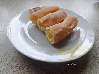 Πιάτο με δυο κομμάτια στριφτής τυρόπιτας ροδοψημένα