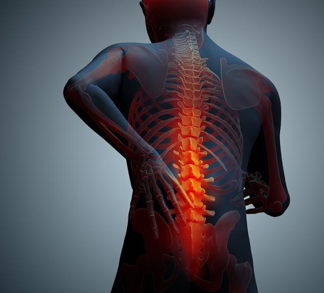 njeri duke prekur shpinën nga dhimbja kronike