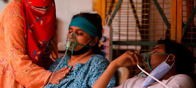 Pacientes de COVID-19 reciben oxígeno en un templo en Ghaziabad, India.© UNICEF/Amarjeet Singh