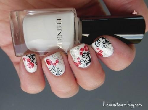 nail-art composé de petites roses et d'arabesques