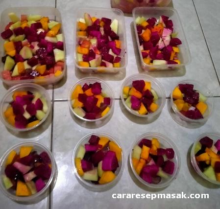 Masukkan potongan buah ke wadah dengan berbagai ukuran cup salad buah