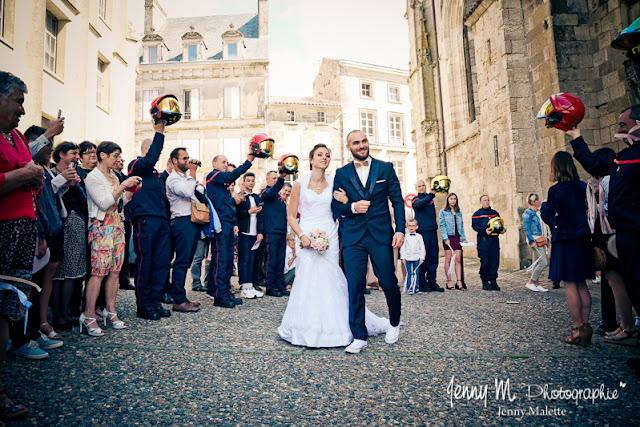 photo sortie des mariés de l'aglise avec haie d'honneur des pompiers