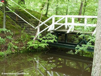 Brücke zur Insel im Schmetterlingspark