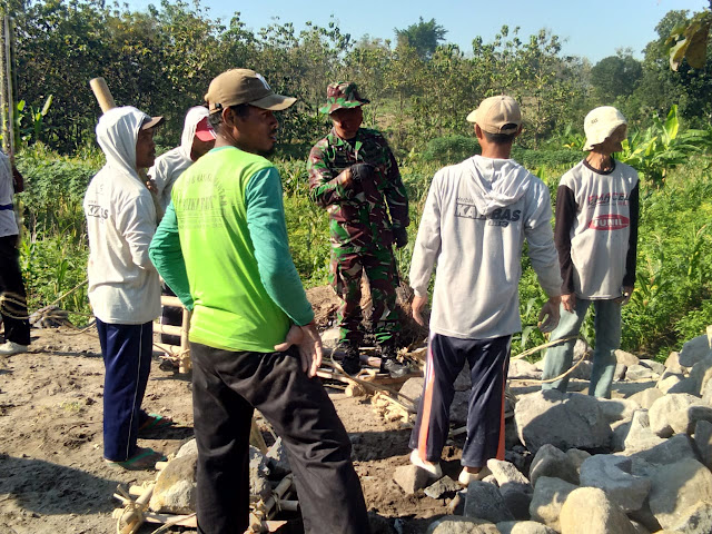 Kodim Sragen - Jelang Penutupan  Perwira Korlap Kodim Sragen  Himbau Kepada Warga Agar Merawat Hasil Pembangunan Program TMMD Ke -108