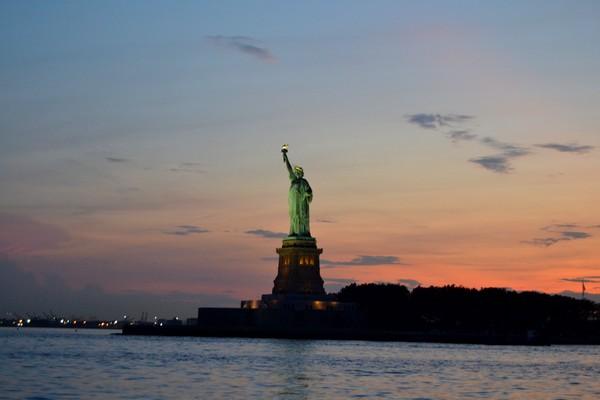 CRUCEROS EN NUEVA YORK AL ATARDECER Y MUSICA JAZZ