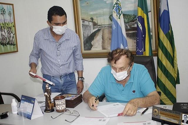 Prefeito Mão Santa assina autorização para instalação de duas novas indústrias em Parnaíba