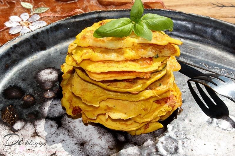 Placuszki jajeczne z mozzarellą i świeżą bazylią