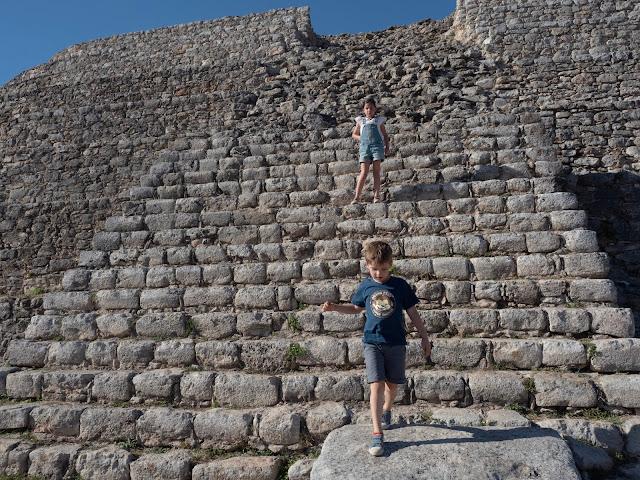 Niños descendiendo de una pirámide maya en Izamal