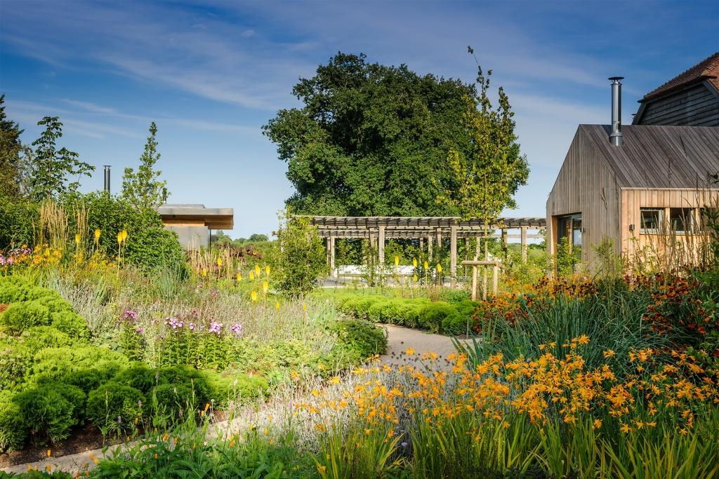jardín contemporáneo, parcialmente formal y parcialmente boscoso