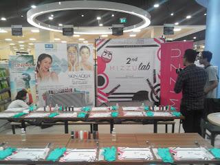 Meja peserta 2nd Mizzu Lab lengkap dengan pernak perniknya