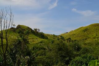 Pemandangan Bukit Pulisan, Likupang Timur, Minahasa Utara, Sulawesi Utara dari jalan raya +jelajahsuwanto