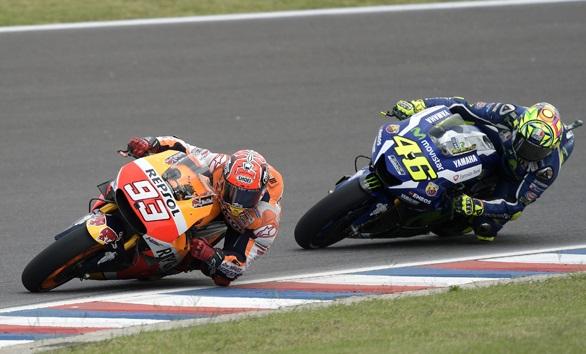 Marc Marquez (kiri) kebut-kebutan sama Valentino Rossi di MotoGP Argentina