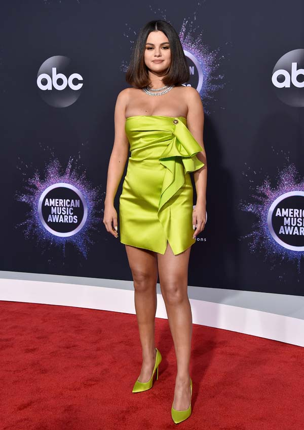 Selena, with very natural makeup, matched her Versace dress with her stilettos on the AMAs red carpet