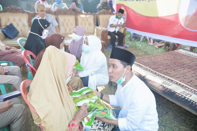 """Mojokerto - majalahglobal.com  : Pasangan calon Bupati dan Wakil Bupati Mojokerto Ikfina- Barra (IKBAR) menggelar Pengukuhan relawan bela kyai-santri (BEKISAR) Kecamatan Mojoanyar, Kamis (27/7/2020) di TPQ Nurul Iman, Dusun Balongcangkring, Desa Jumeneng, Kecamatan Mojoanyar, Kabupaten Mojokerto.  Calon Bupati Mojokerto, Hj.dr.Ikfina Fahmawati, M.Si mengatakan jika sebenarnya ia tidak mau menjadi Bupati. Namun setelah mendengar cerita suaminya jika Mojokerto butuh saya untuk melanjutkan hutang pembangunan dimasa kepemimpinannya menjadi Bupati dulu, akhirnya ia bersedia.    """"Jangan sampai jabatan tertinggi di Kabupaten Mojokerto ini dipegang oleh orang yang hanya Ingin mendapatkan jabatan. Dan pesan suami saya ke saya adalah selesaikan tanggungan-tanggungan pembangunan yang tentunya hanya meminta saya menjabat 1 periode saja. Kita harus benar-benar berjuang dan fokus untuk mensosialisasikan visi misi IKBAR. Saya akui suami saya pernah salah, namun suami saya juga sudah sangat maksimal dalam memikirkan dan membangun Kabupaten Mojokerto,"""" ujar Ikfina, Istri Mantan Bupati Mojokerto, Mustofa Kamal Pasa.  Sementara itu, Calon Wakil Bupati Mojokerto, H.Muhammad Al Barra, Lc. M.Hum mengatakan kampanye hitam saat ini informasinya tidak berimbang.   """"Prestasi Pembangunan bapak MKP di periode pertama telah masuk Muri. Bahkan, diawal periode pertama Bapak Jokowi dengan periode pertama MKP jauh lebih bagus Bapak MKP,"""" ujar Gus Barra panggilan akrabnya.   Lebih lanjut Gus Barra juga mengatakan jika kasus Bapak MKP adalah menerima fee uang hibah  tower yang sudah ada 3 tahun tapi tidak punya izin.   """"Fee itu mujur-mujuran dan apes-apesan. Jadi kadang-kadang langsung dilaporkan padahal barang belum diterima atau jebakan. Kalau mau mengungkap semuanya, semua pejabat se indonesia juga bakal kena karna semua termasuk fee termasuk ngasih gitar, makanan, minuman dan lainnya.   """"Saya bersaksi Bu Ikfina orang yang baik. Ibadahnya tidak pernah lepas dan rutin puasa Senin Kamis. Mojokerto m"""