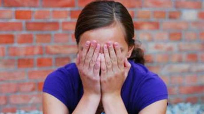 طالبة تحمل سفاحًا من شقيقها .. وشاهد ماذا فعلت برضيعها