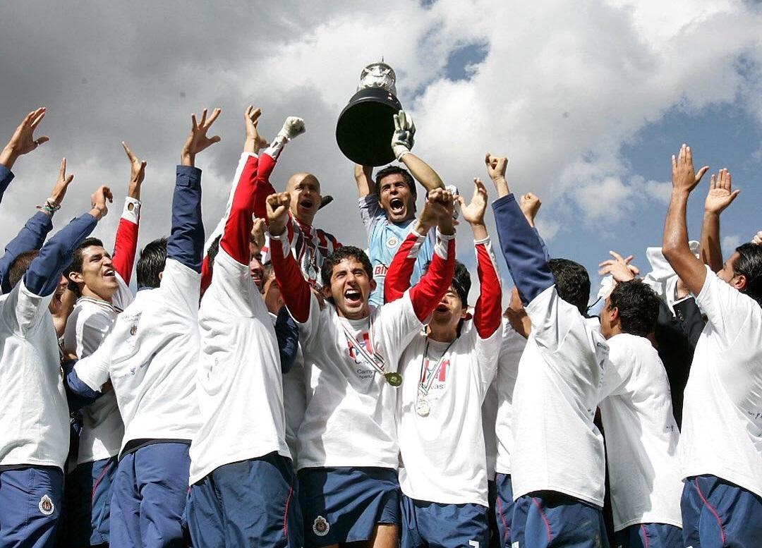 Oswaldo Sánchez junto a Adolfo Bautista levantan el trofeo de Campeones en 2006.