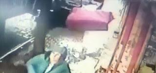بالفيديو: نجاة امرأة كانت تمشي على الرصيف من سقوط صندوق كبير فوقها