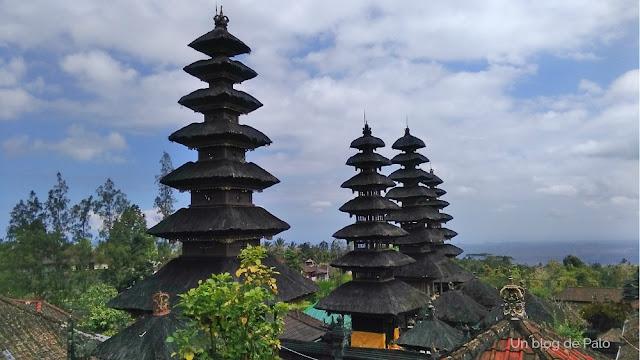 Las estupas con Bali a los pies