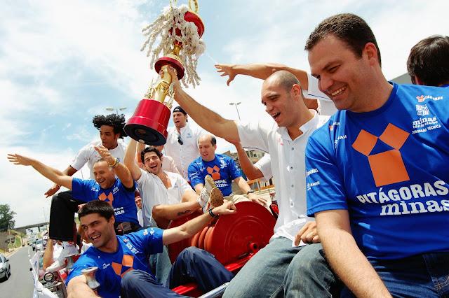 Na volta a Belo Horizonte, equipe desfilou com o troféu [Divulgação/Minas]