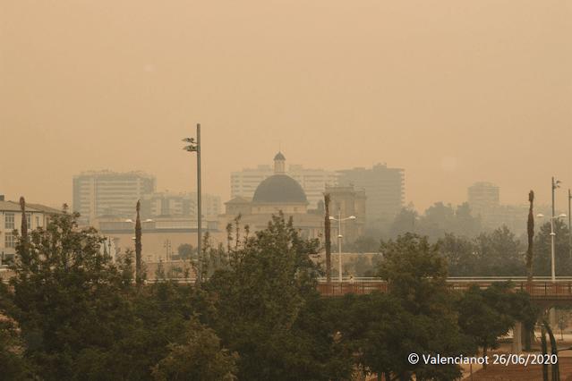 El museo PIO V en Valencia bajo el humo y las cenizas del incendio del 2012.