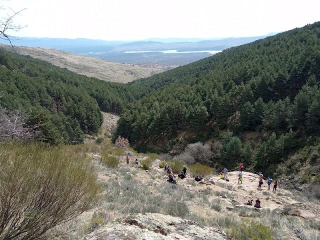 Vista desde la Zona de descanso en la Chorrera de San Mames (Buitrago al fondo a la izquierda y Embalse de Lozoya a la derecha)