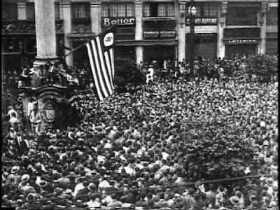 Multidão em torno da bandeira de São Paulo em 1932 (Foto: Divulgação/Curta!On)