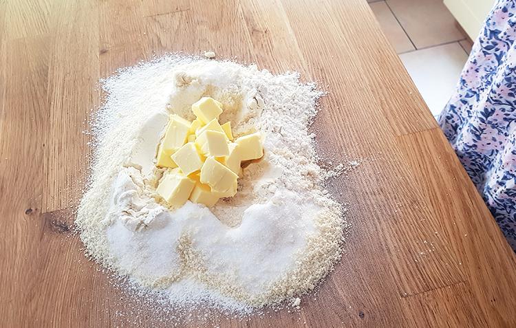 Pâte sablée: beurre et ingrédients secs