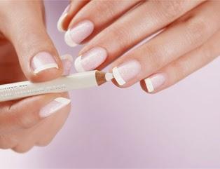 Krok czwarty we francuskim manicure
