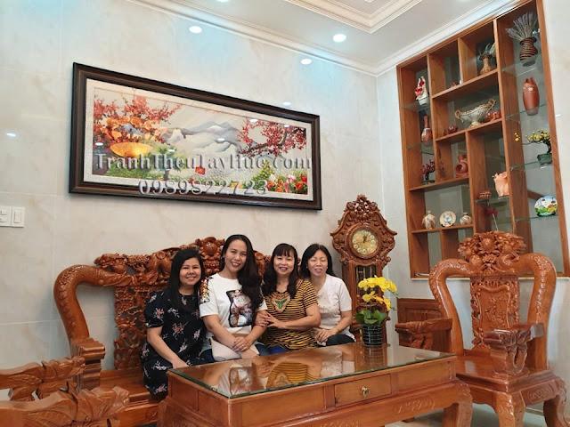 Tranh thêu hoa đào được khách đến cửa hàng tranh thêu tay tphcm chọn mua treo phòng khách chuẩn bị đón năm mới