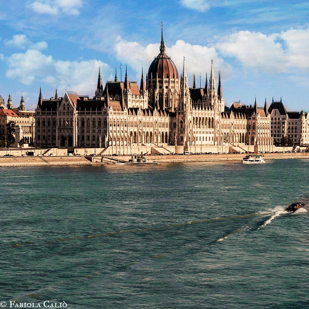 Budapest Il Parlamento dal Fiume
