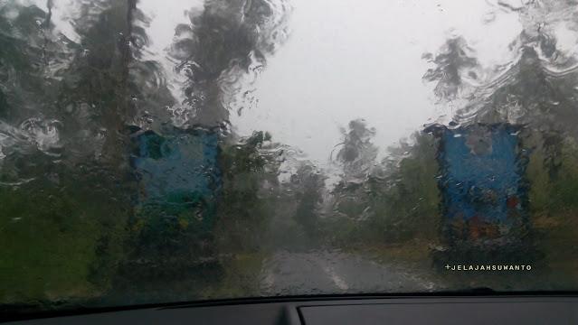 Hujan lebat dalam perjalanan jelajah Batuangus | © JelajahSuwanto