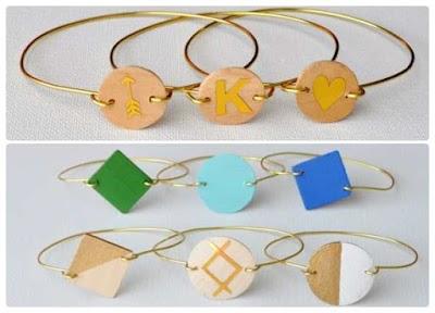 Pulseras de alambre con monograma-pintadas de madera