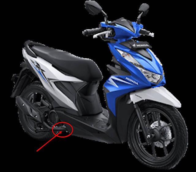 letak baut pembuangan oli mesin Honda Beat, letaknya teradapat pada bagian kanan motor bagian bawah tepat di area sekitaran dudukan standar dua. Lebih jelasnya silahkan simak gambar di bawah ini.