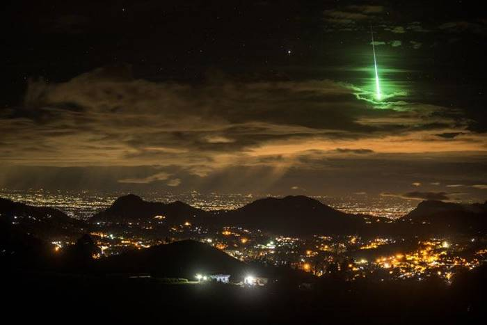 A photographer captures a decidedly spectacular moment: the fall of a meteorite against the background of a city illuminated at night!