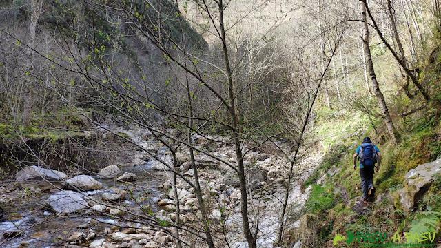 Sendero junto al Rio Semeldón