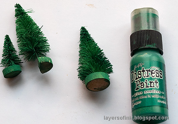 Layers of ink - Christmas Forest with Snowglobe Tutorial by Anna-Karin Evaldsson. Color the trees with Distress Paint.
