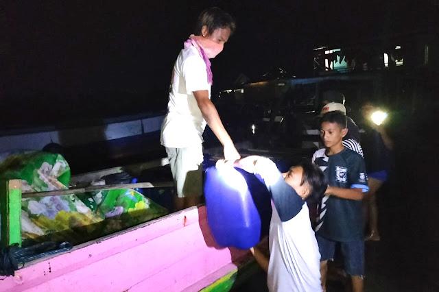 15 jerigen miras diamankan dari atas kapal tak bertuan