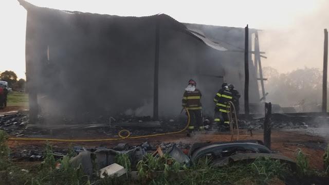 Incêndio em anexo de barracão de recicláveis mobiliza Corpo de Bombeiros em Emilianópolis