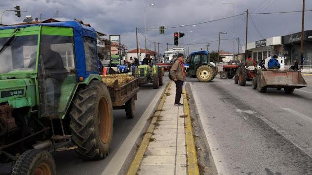 Σε συγκέντρωση με τρακτέρ και αγροτικά οχήματα στη διασταύρωση της Νάουσας, προχώρησε το πρωί της Πέμπτης ο Αγροτικός Σύλλογος Νάουσας «Μαρίνος Αντύπας»